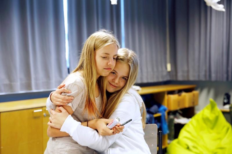 tytöt halaa luokassa