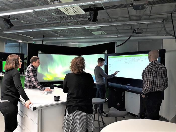 Mobiilisovelluksen kehittäminen käynnissä. Rehtorit luonnostelevat käyttäjäpolkua Lapin yliopiston Service Innovation Cornerissa (Sinco).