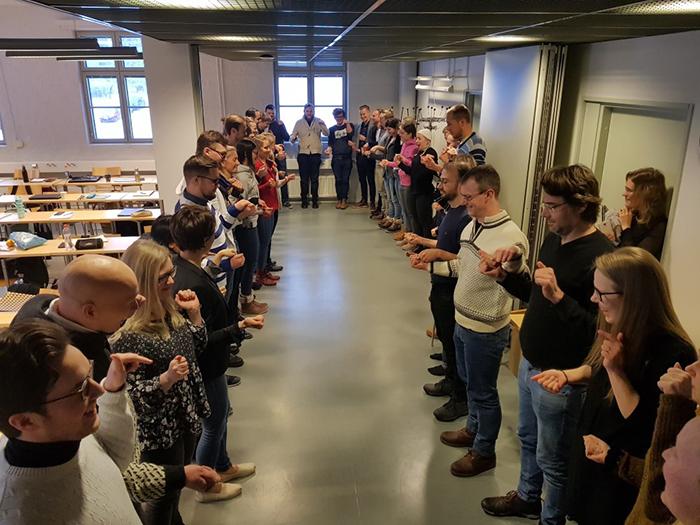 Åbo Akademin opiskelijat tutustumassa Liikkuva koulu-hankkeeseen