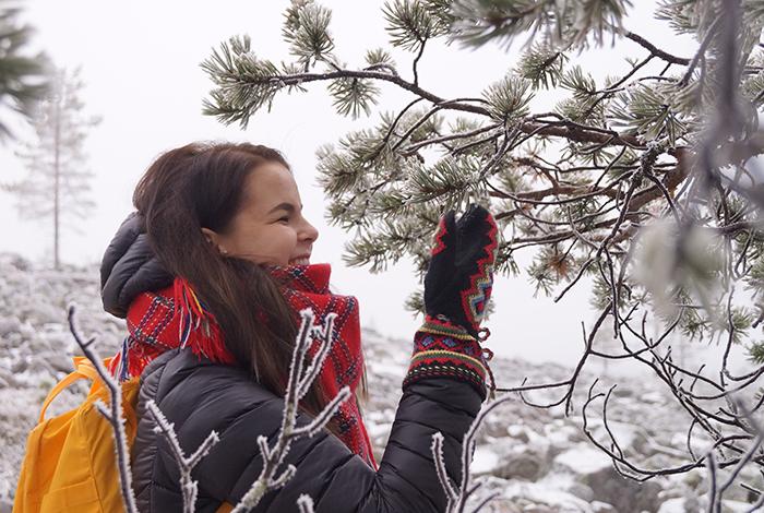 Tyttö talvimaisemassa. Oikeudet: Giellagas-instituutin Saamelainen kulttuuriarkisto